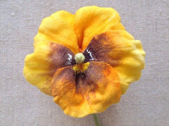 すべて一枚一枚染めて、こてあてした染め花です。イエロー&ブラウンのパンジーの2wayコサージュです。茎はワイヤーですので、曲げることもできます。長過ぎ... ハンドメイド、手作り、手仕事品の通販・販売・購入ならCreema。