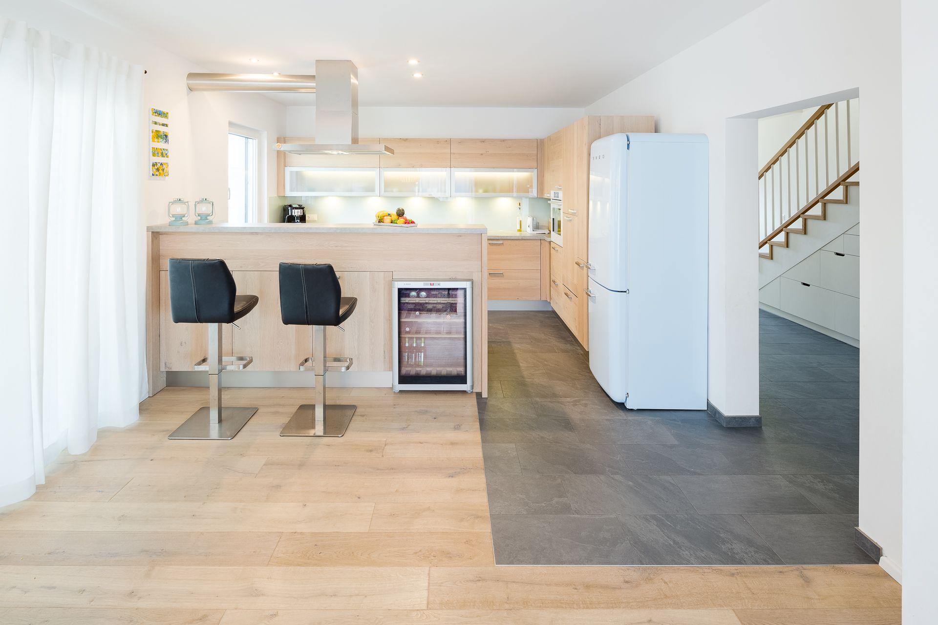 Küche mit holzfronten und freistehendem retro kühlschrank