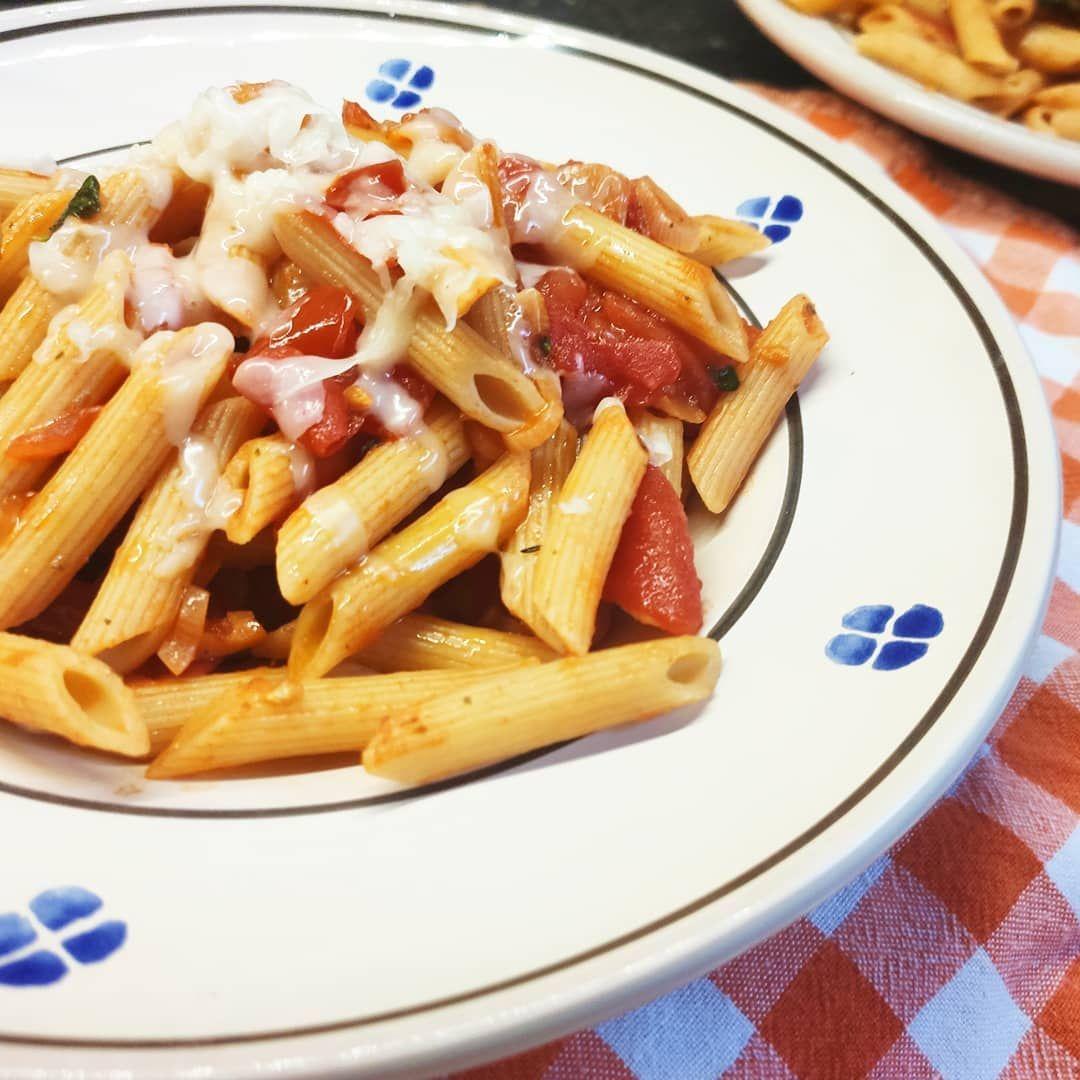 Heute Abend wurde ich verwöhnt mit einem super leckerem Teller Pasta mit frischer Tomatensauce 😍 da kann ich meine Sommergrippe fast vergessen 😋  Zutaten Rispentomaten Zwiebel Knobi Basilikum Pasta
