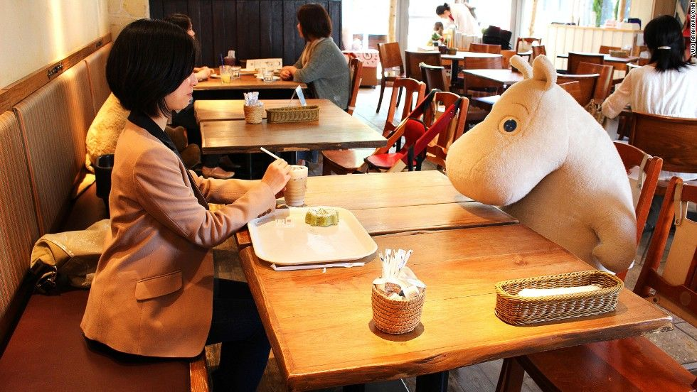Tokyos Moomin House Café har fått sitt namn efter den finländska barnboksfiguren Mumin, skriven av författaren Tove Jansson. Här fikar du aldrig ensam. På kaffet sitter ensamma kunder med en uppstoppad sagofigur från Mumindalen mitt emot sig.