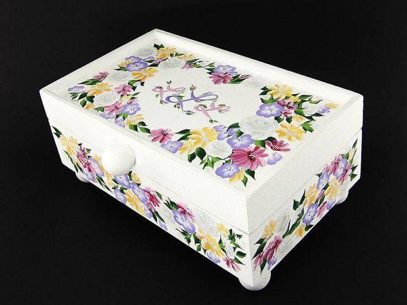 Aquí está un joyero personalizado con forma de corazón con encanto.  Rosas blancas, margaritas rosadas, margaritas amarillas y púrpura