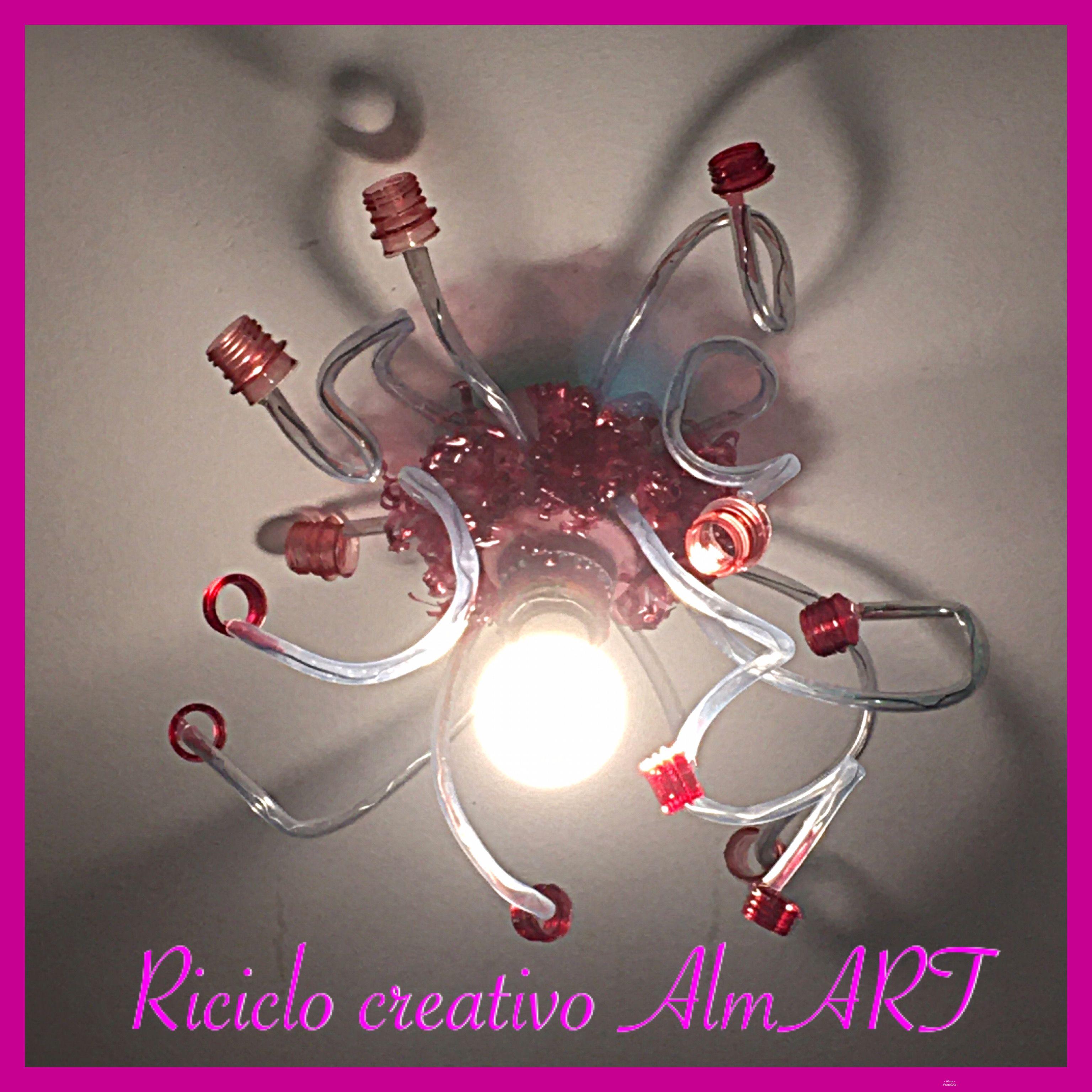 Creare Un Lampadario Di Stoffa lampadario realizzato con tubi di gomma e bottiglie di