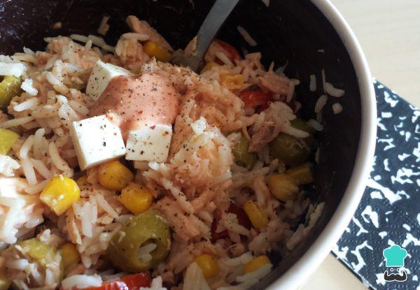 Ensalada de arroz con mayonesa y atún
