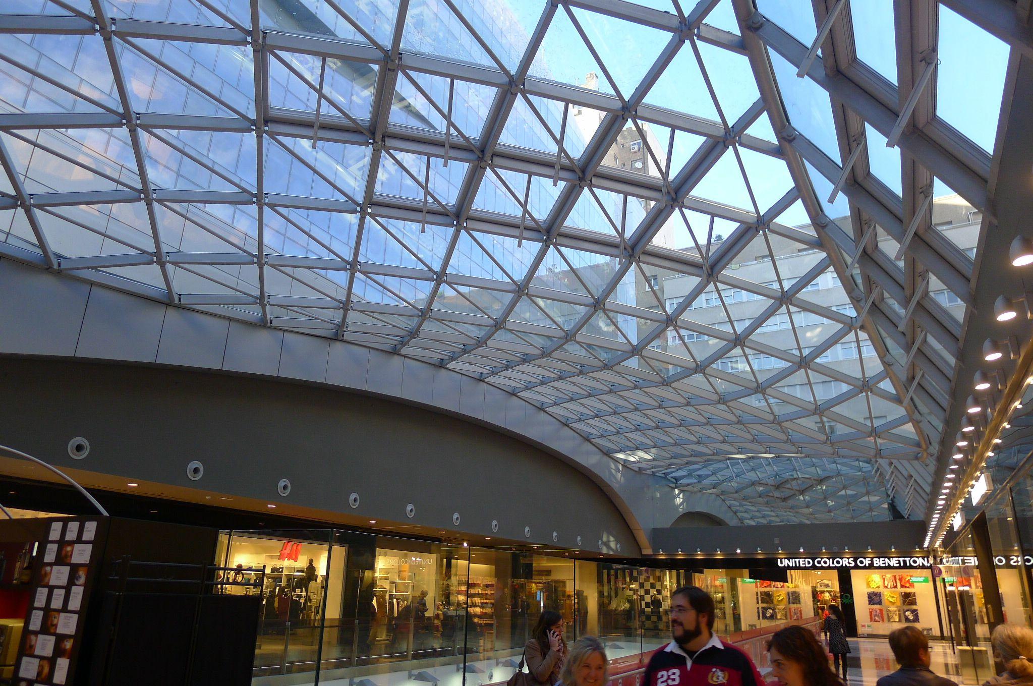 Interior Del Centro Comercial Tiendas Edificios De Oficinas