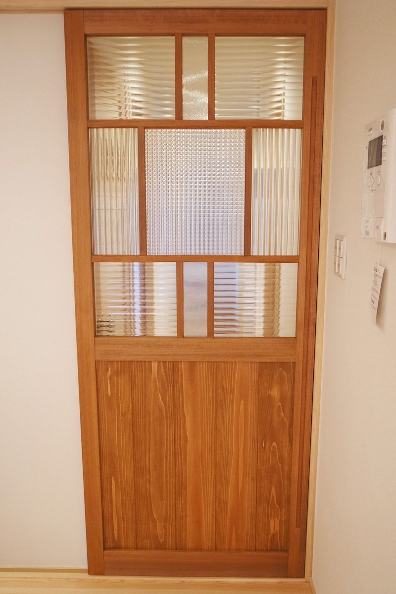 室内ドアと食器棚に人気 デザインガラス を3種類使用した事例 新潟県新潟市 N社様 Ookabe Glass 透明サービス 透明プライス 室内ドア 日本のインテリアデザイン リビング ドア 引き戸