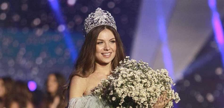 ملكة جمال لبنان مايا رعيدي تشجع السياحة في بلدها بإطلالة جريئة في المتحف الوطني صور Fashion Crown Crown Jewelry