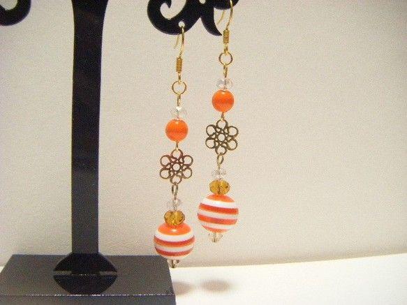 コロコロした形が可愛らしいオレンジ色飴玉風ビーズにお花の形をしたお洒落な透かしパーツや様々なオレンジ系のガラスビーズなどを合わせた可愛らしくてポップなイメージ...|ハンドメイド、手作り、手仕事品の通販・販売・購入ならCreema。