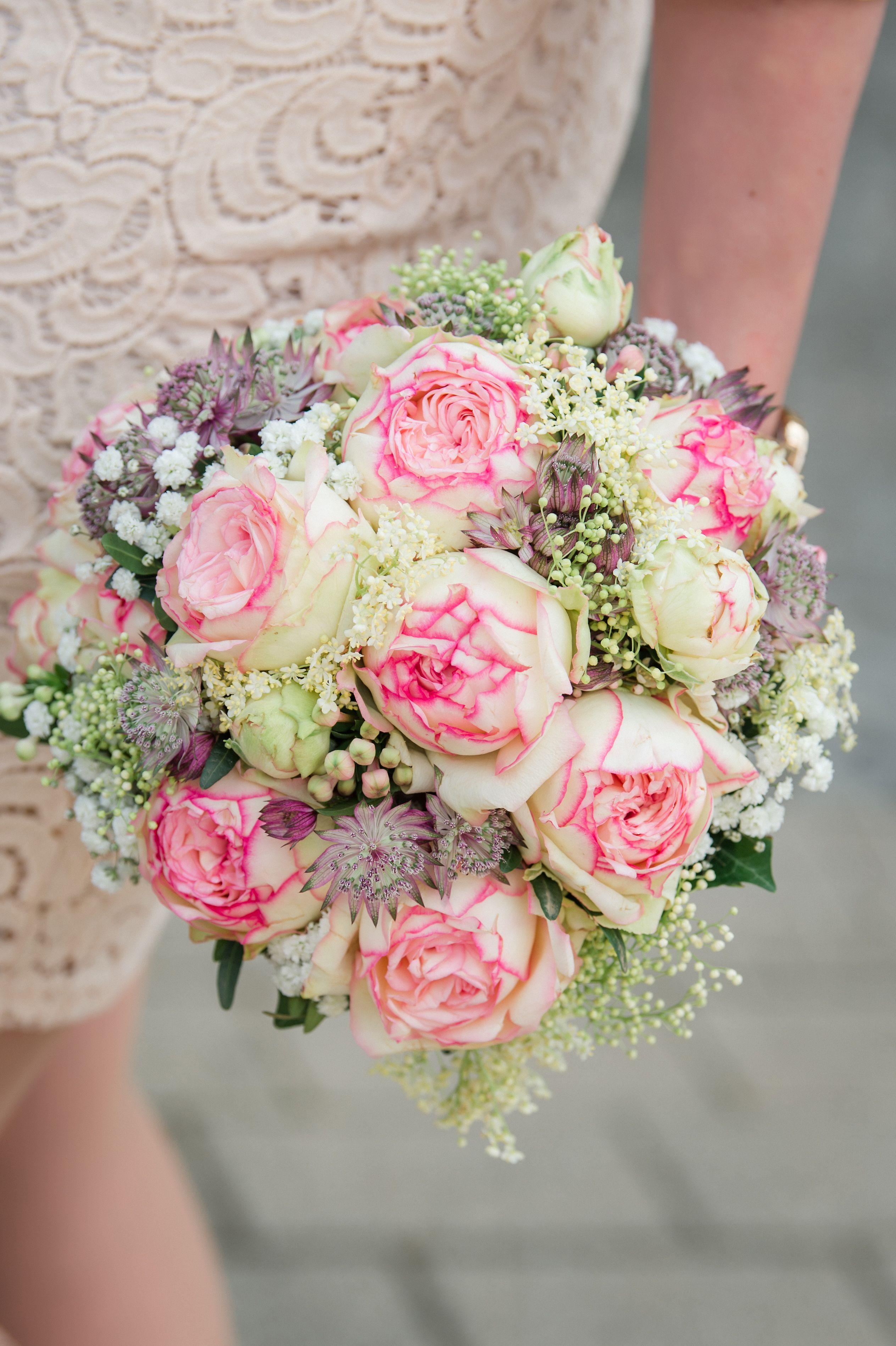 Etwas rustikal und doch elegant. Große gefüllte Rosen.