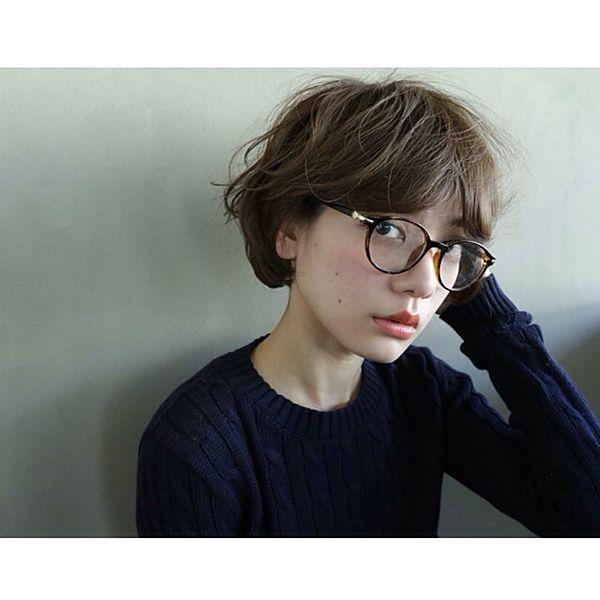 ショートヘアにニットに丸メガネ 髪の毛全体にくしゅっと動き Mery メリー ショートのヘアスタイル ショートヘア 髪の毛