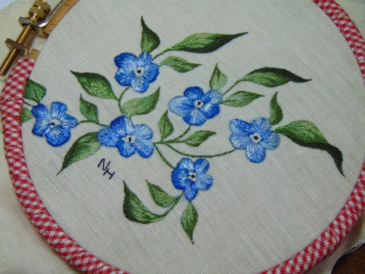 Fleur bleue. Peinture à l'aiguille réalisée par Nicole H.