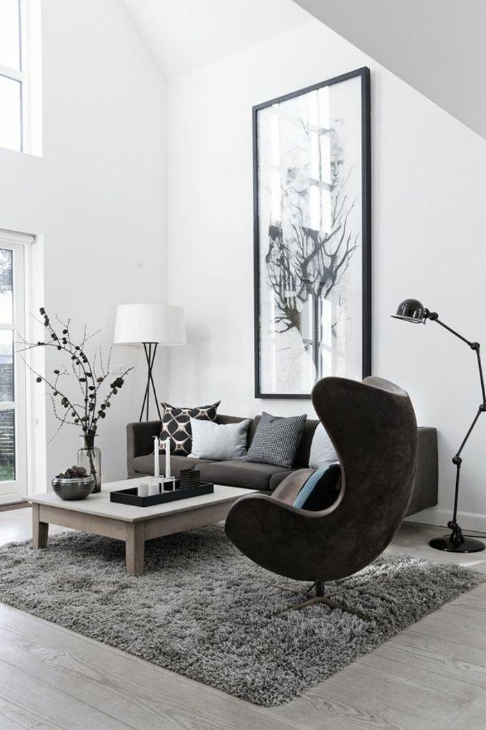 Le fauteuil club ikea pour le salon avec un tapis gris et sol en parquette gris