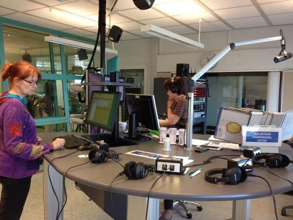 Vuolteenkadun radiostudion tekniikka on nyt päivitetty. Edellinen äänipöytä palveli 16 vuotta. Päivi Solja on puikoissa ja Anne Savin lukee uutiset. #Tampere