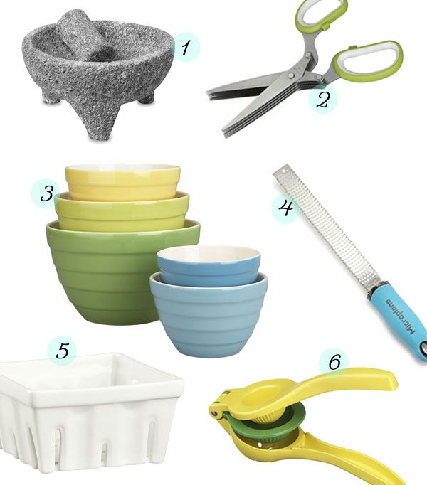Infaltables en la cocina: mortero, tijeras para hierbas, boles de distintos tamaños, rallador de mano, colador para frutas, exprimidor de mano.