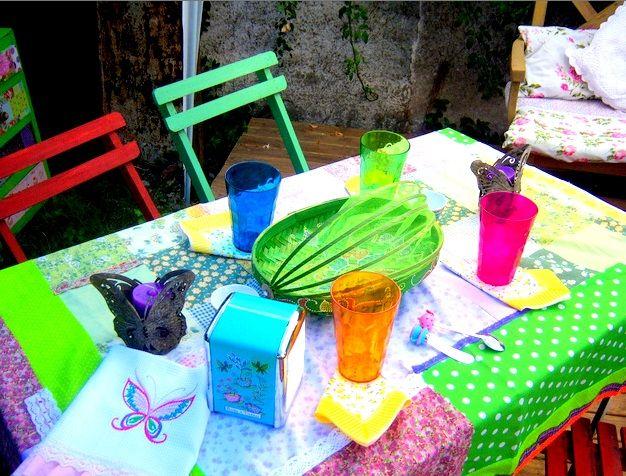 Mantel patchwork con retazos en composé y repasador vintage de tela panal bordado ,con volados de tela estampada.Una mesa servida para la familia ...