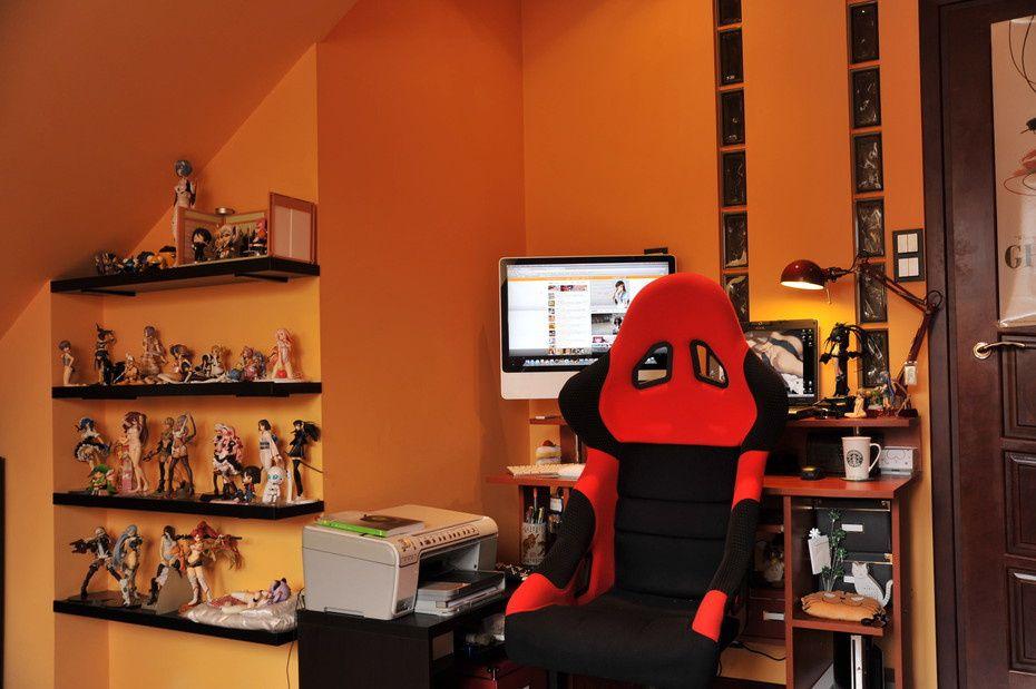 Workspaces of figurine comic manga enthusiasts 22