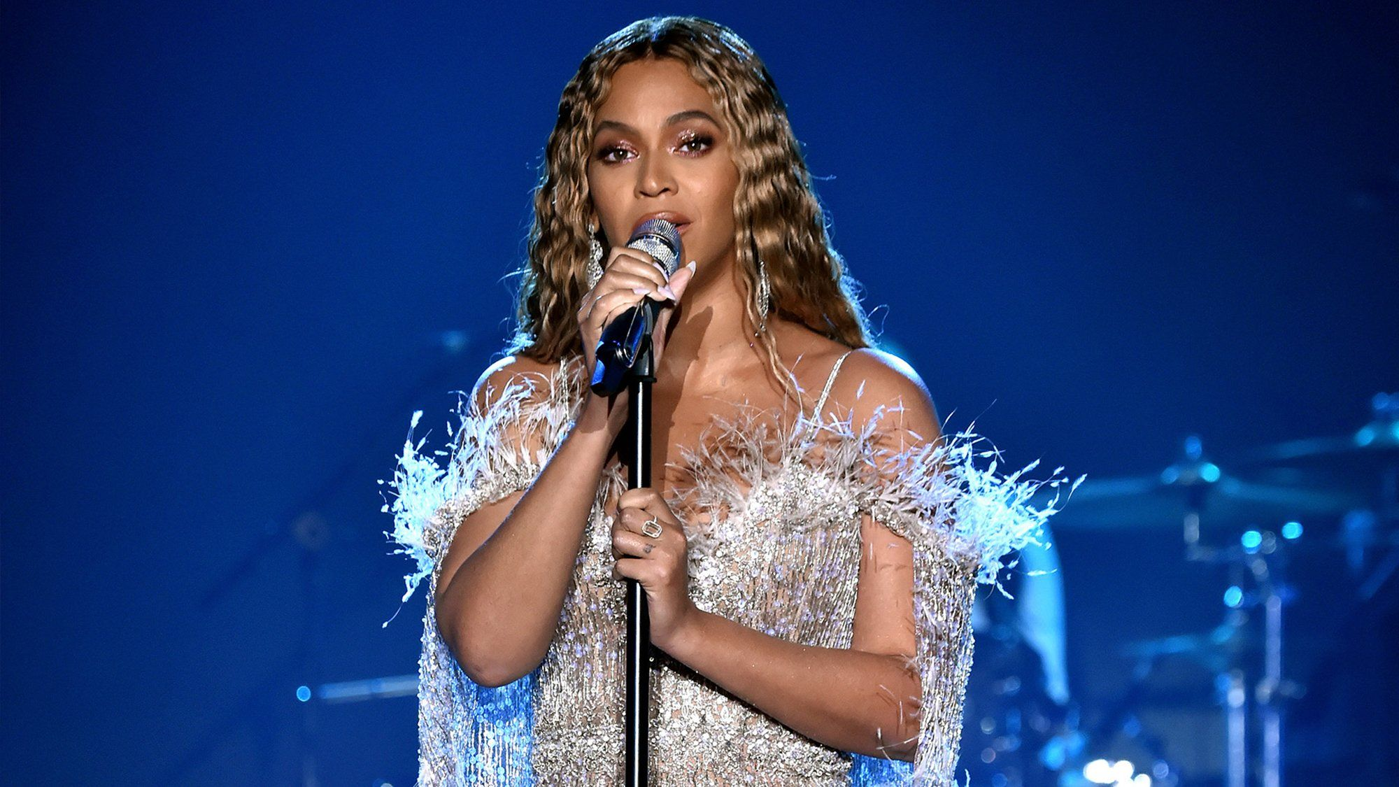 Kanye West S Behavior At The 2009 Vmas Left Both Beyonce And Taylor Swift In Tears A Small Gesture Made Things Slightly Better Beyonce Beyonce Songs Donald Glover