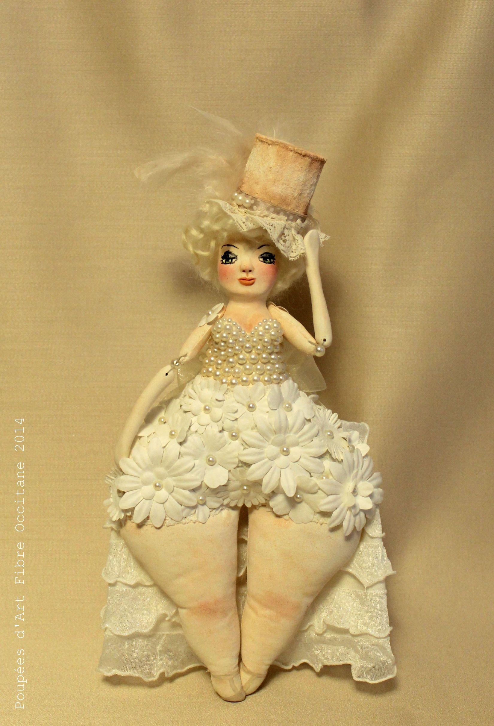 femme ronde en tenue de cabaret orn de perles nacr es plumes et fleurs de papier belle. Black Bedroom Furniture Sets. Home Design Ideas