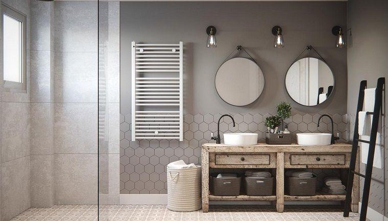 Interni casa, sala da bagno con un mobile di legno e due lavandini ...