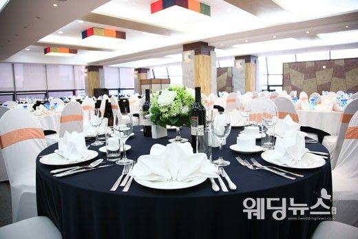서울 지하철 7호선 강남구청역 인근에 위치한 S컨벤션이 리모델링해 채플형 웨딩홀로 재탄생했다. 사진은 피로연장. ⓒS컨벤션
