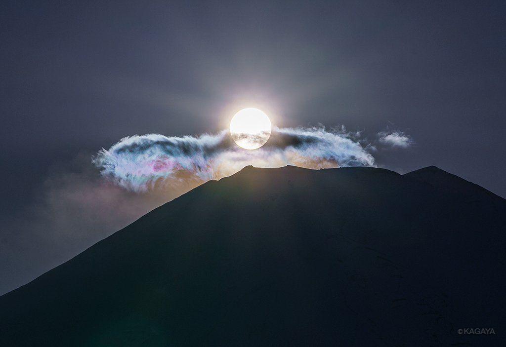 "KAGAYAさんのツイート: ""富士山頂にかかる雲が淡い彩雲になって、一瞬、虹色の翼か鳥のようにも見えました。 (一昨日山梨県にて撮影) https://t.co/KrXjGm0iDQ"""