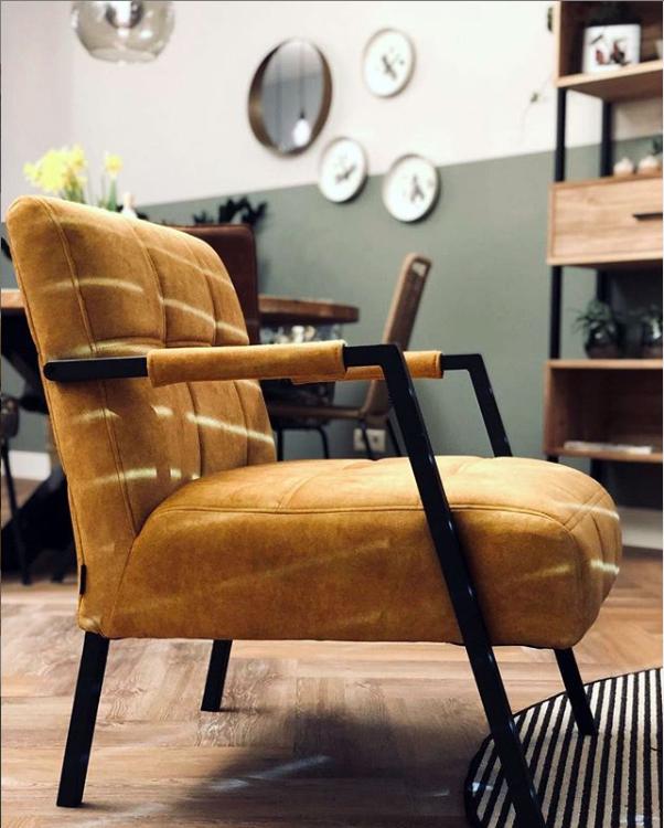 Photo of Fauteuil Clichy: een gele fauteuil met armleuningen
