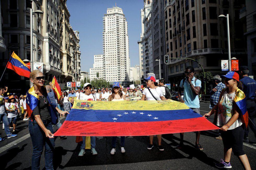 La marcha, encabezada por representantes de asociaciones venezolanas y…