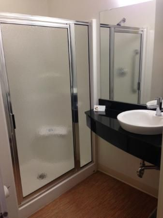 Bathroom, Motel 6 Winnipeg West | 4400 Portage Avenue ...