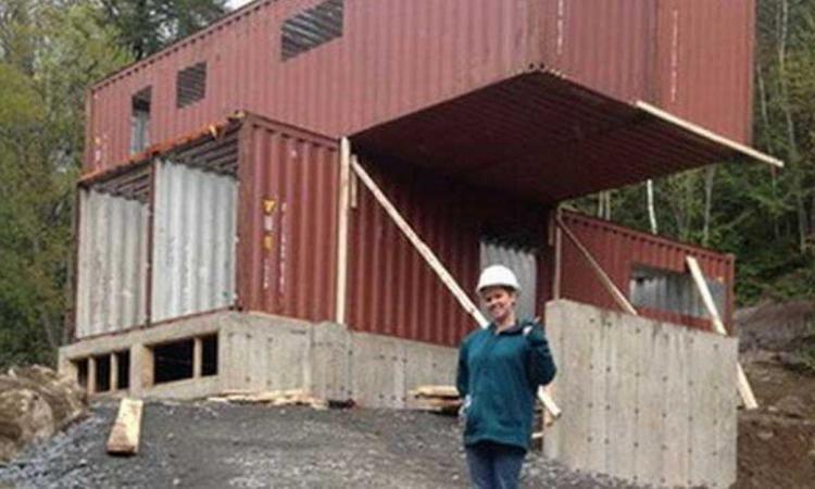 Elle Achte  Containers Et Les Transforme Pour Se Construire Une