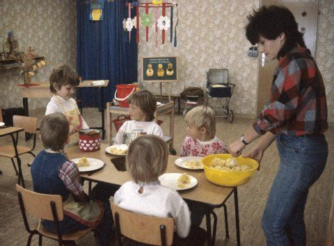 Kinder essen in einem Kindergarten in Hohenschönhausen in Ost-Berlin, aufgenommen im November 1987. (BILD: DPA)