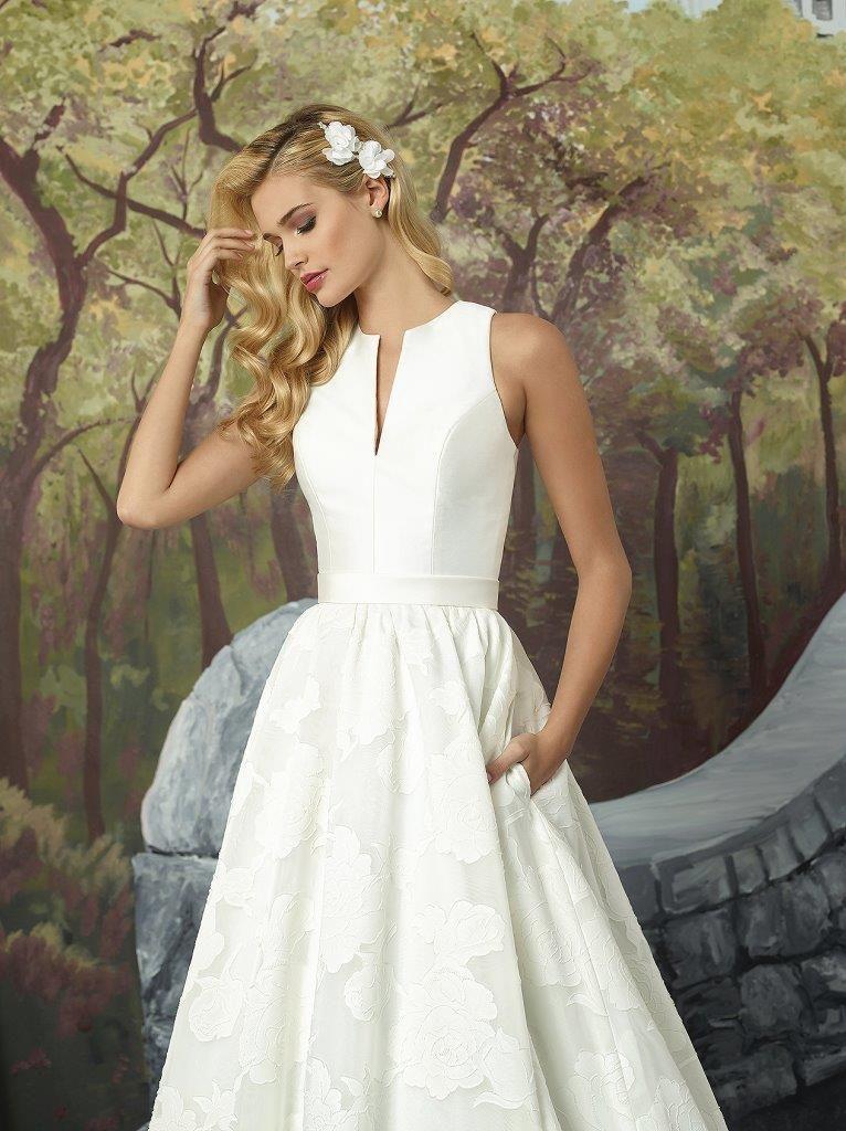 69b93f42b635 Meget enkel brudekjole uden perler og andet pynt. Det store skørt ER stort