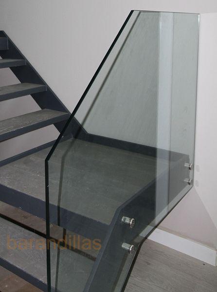 Barandilla con vidrio templado de 15mm, sujeción con conectores, y