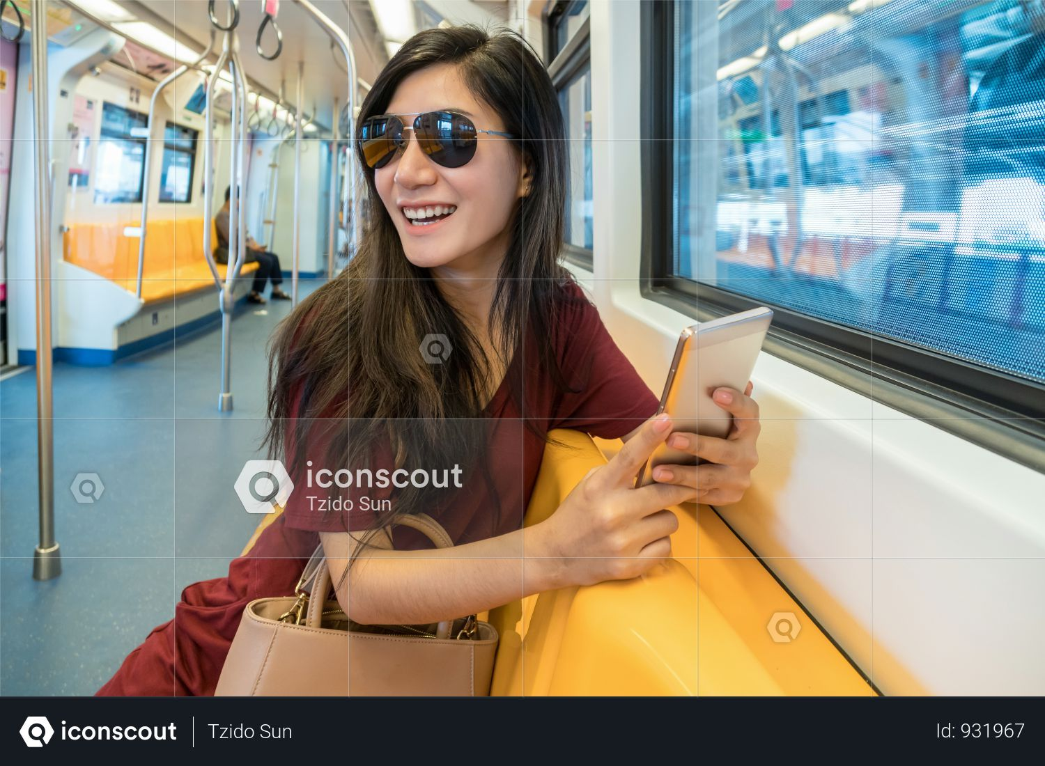 Premium Asian Woman Passenger Using The Smartphone In Mrt Subway For Travel In The Big City Photo Download In Png Jpg Format Asian Woman City Photo Photo