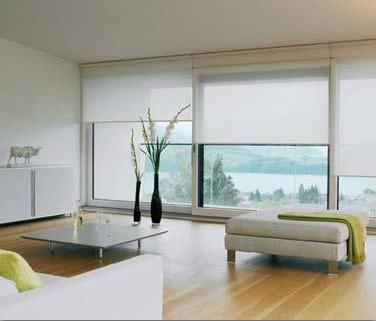 Witte semitransparante rolgordijnen in woonkamer voor en goede ...