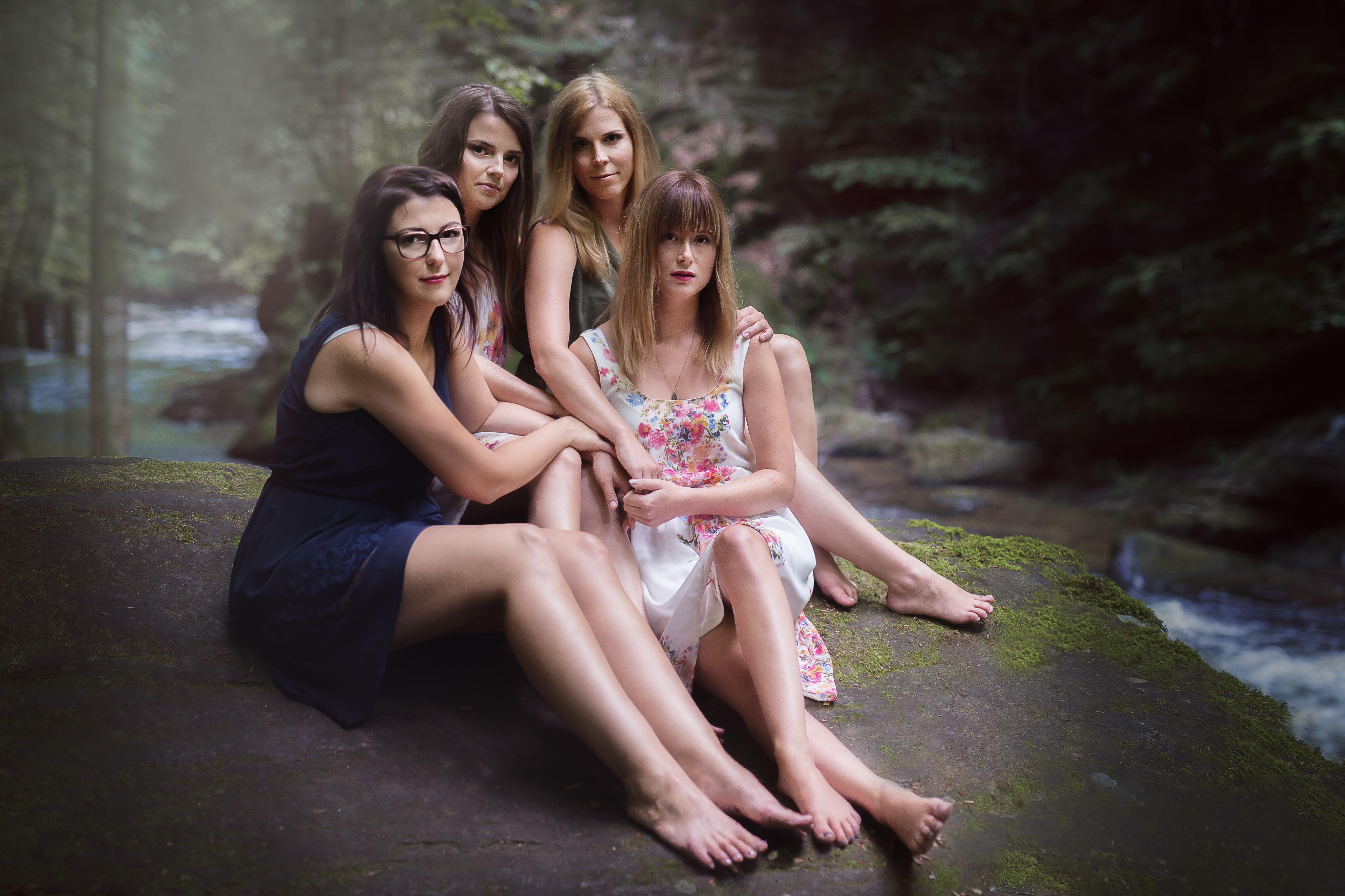 girls group photography posing ideas. Best friends. BFFs. Austrian photographer.