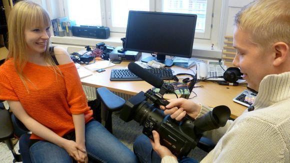 Videobloggaajat Emmi Nieminen ja Oskari Virtanen markkinoivat oppilaitostaan kertomalla opiskelijan arjesta