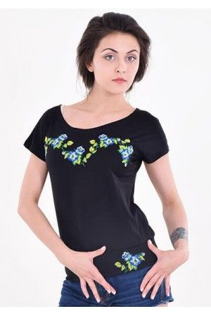 Стильна темна футболка. Модель прикрашено вишивкою в синій гамі ... acafc42c714e6