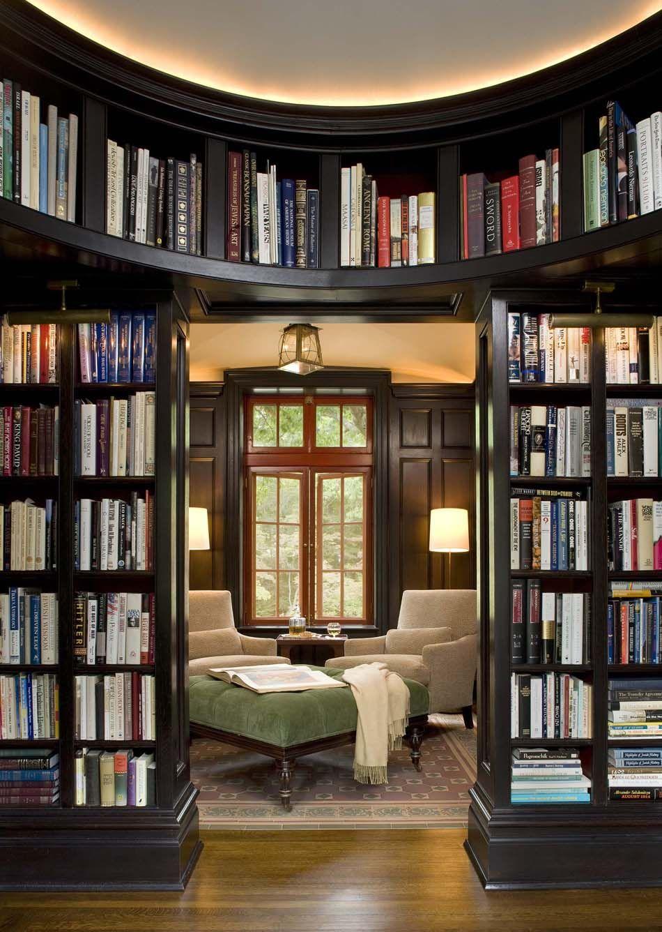 grande bibliotheque a la maison avec un espace agreablement amenage pour y lire