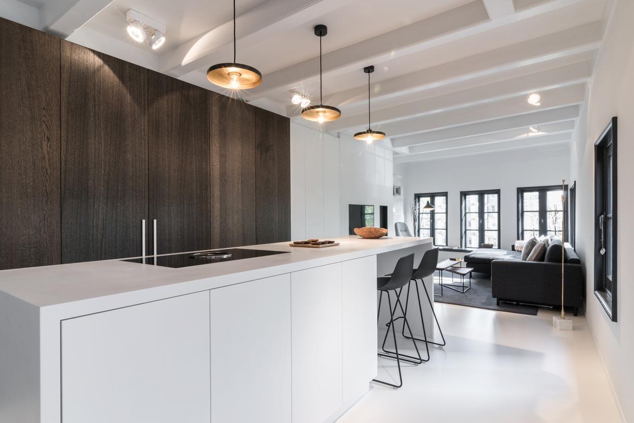 Keukens Moderne Zele : Keuken combinatie wit en donker hout met hanglampen boven eiland