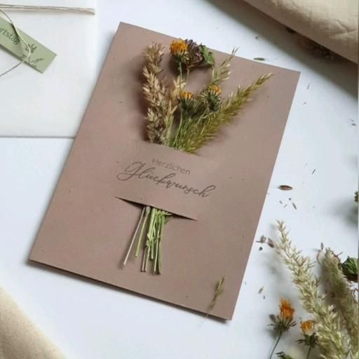 Karte mit getrockneten Blumen selber machen - Bast