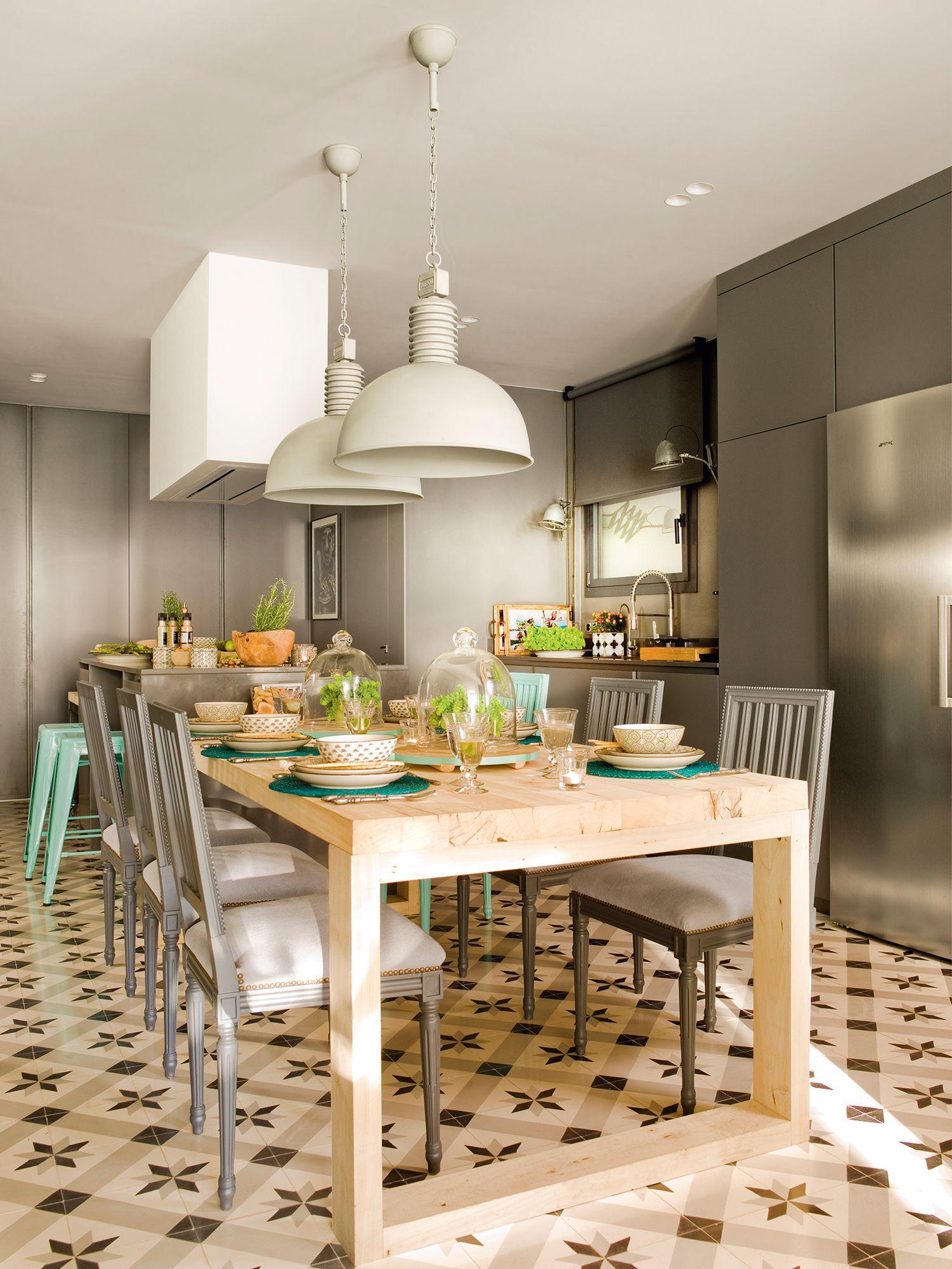 Cocina con muebles grises, isla y mesa de madera adosada_ 00397858 ...