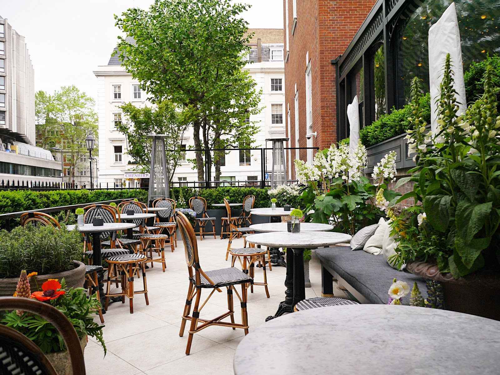 Outside Of Dalloway Terrace London So Cozy And Chic The Restaurant Is Located In Bloomsbury Fitzrovia Just Off Street Style Inspiration London London City
