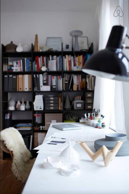 Idee zur Gestaltung des Home-Office: großer Schreibtisch am Fenster ...