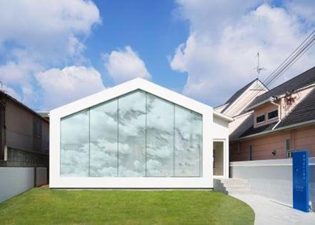 日本大阪牙醫診所「廣瀬歯科診療所」,一面好有意思的牆,把看醫生變有趣了! 透過特殊工法夾在玻璃牆面中的雲形圖樣,隨著光線的變化,在室內環境裡產生不一樣的天空。 pic via eleven nine inteiror design office