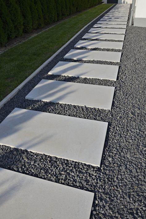 Photo of Gartenweg-mit-Steinplatten-aus-laenglichen-dunkelgrauen-Terrassenplatten-aus-Sic…