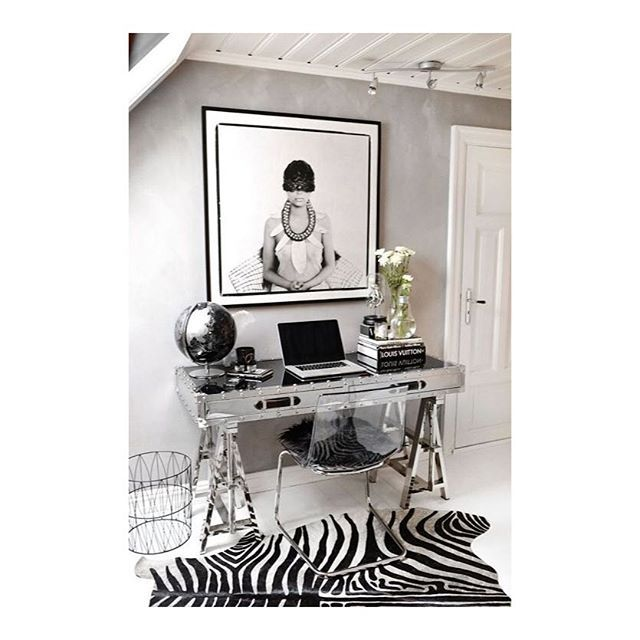 WEBSTA @ apto.1205 - Eu gosto de decoração glam, com espelhos, objetos dourados e prata com bastante brilho, materiais imitando cristais e qualquer outra coisa que deixe a decoração bem glamourosa. Acho que o ambiente fica mais alegre, feminino e sofisticado.Vejo muito esse tipo de decoração em blogs gringos e também, aos poucos, nós estamos trazendo esse estilo paras as nossas decorações, a começar por um ótimo exemplo, os móveis revestidos de espelhos que tanto temos visto.Mas a decoração…