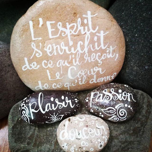 des mots des phrases qui font du bien calligraphie sur galets l 39 encre de chine. Black Bedroom Furniture Sets. Home Design Ideas