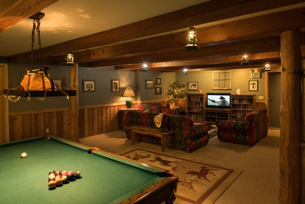 32 recreation room ideas and designs to relieve stress for Small pool table room ideas
