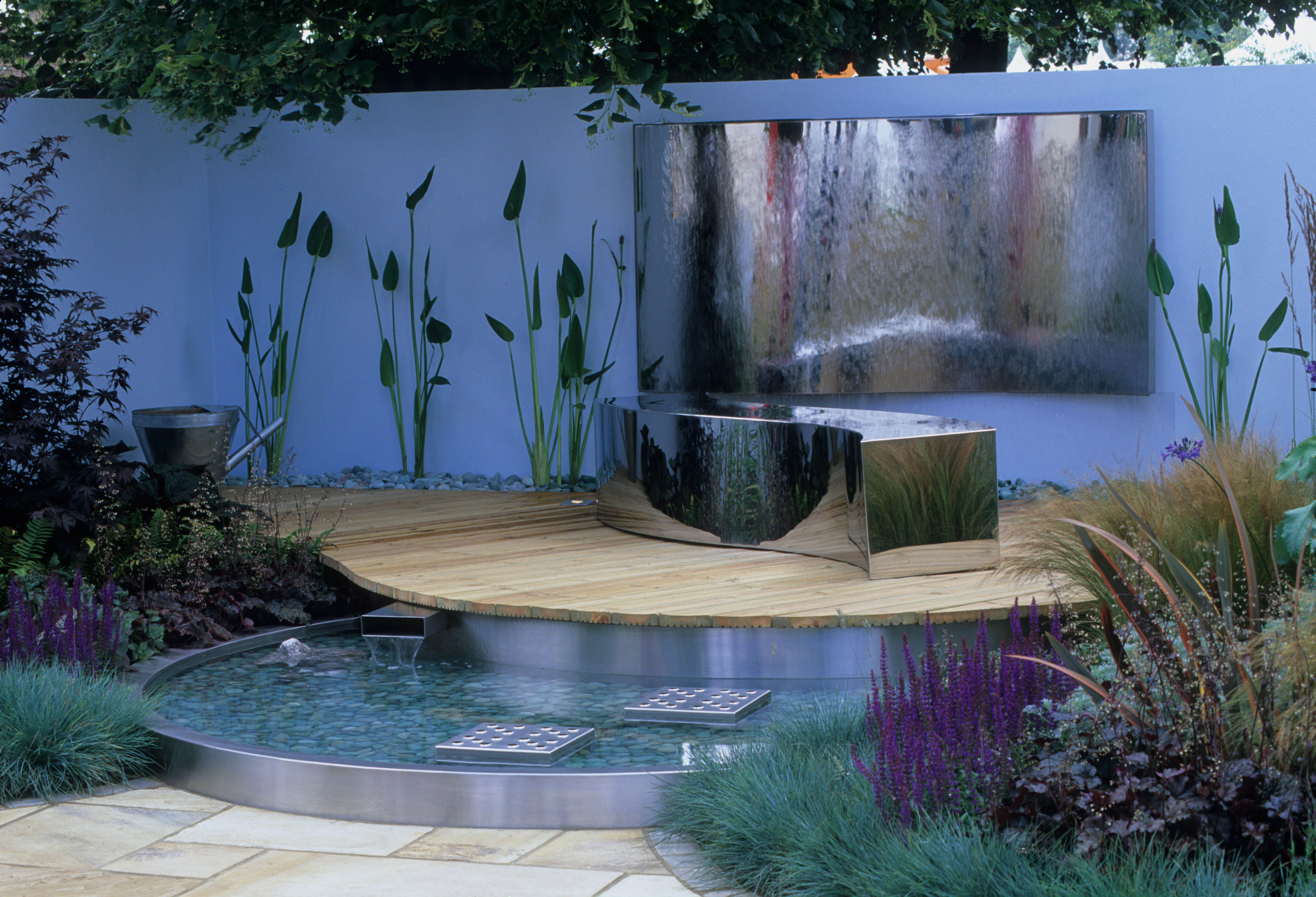 Modern Small Garden With Stylish Water Features Smallgarden