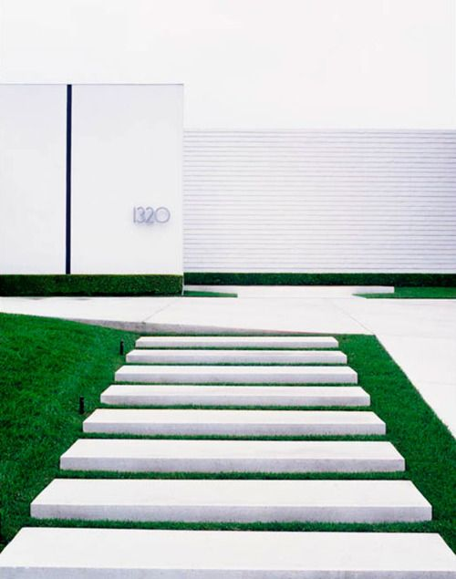Twisted Garden Trend 2014 - In deze tuin zien we een strakke vormgeving waarbij we spelen met hoogteverschillen, met zwevende vlakken en nieuw ritme. We zien er verrassende borders met monotype beplanting. In De Twisted garden domineert de vorm. ♥ #Fonteyn #Twisted #Garden #Tuintrends #2014 #Trends #white #gras #tegels #witte