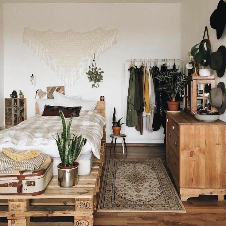 Schlafzimmer mit Palettenbett und #makramee wanddeko. Modern dekoriertes WG-Zimmer mit coolen antiken Dekoartikeln und Möbeln. #bohobedroom